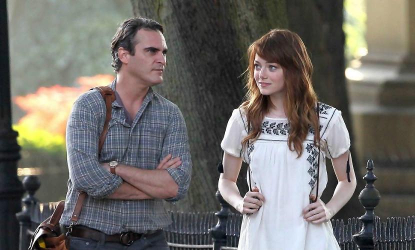 Joaquin Phoenix campe le rôle d'un professeur  qui reprend le goût de la vie grâce à son élève, jouée par Emma Stone.
