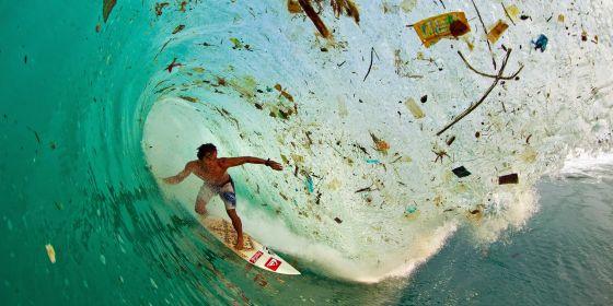Le surfeur Dede Suryana au large des côtes de Java – 2012 © Zak Noyle / A-Frame Photo